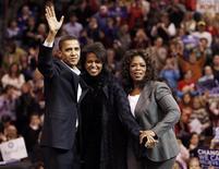 <p>A apresentadora de TV Oprah Winfrey posa com o então candidato democrata à presidência dos Estados Unidos, Barack Obama, e sua esposa Michelle em um comício na cidade norte-americana de Manchester, no dia 9 de dezembro de 2007. Neste ano, Winfrey vai entrevistar o presidente Obama em um especial de Natal da rede ABC. REUTERS/Brian Snyder</p>