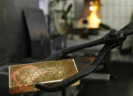 A worker casts a fresh gold bar in the Austrian Gold and Silver Separating Plant Oegussa in Vienna, June 2, 2009. REUTERS/Leonhard Foeger