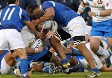 <p>L'italiano Martin Castrogiovanni difende la palla in una mischia durante il test match vinto oggi daglin Azzurri contro le isole Samoa. REUTERS/Giampiero Sposito</p>