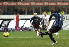<p>Milito in azione oggi nella partita Inter-Fiorentina a San Siro. REUTERS/Alessandro Garofalo</p>