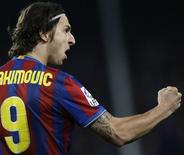 <p>Ibrahimovic comemora gol contra o Real Madrid, em Barcelona. O Barcelona ganhou neste domingo o clássico contra o Real Madrid por 1 x 0 graças a um gol de Zlatan Ibrahimovic em um encontro disputado no Camp Nou.29/11/2009.REUTERS/Gustau Nacarino</p>