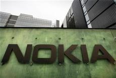 <p>Foto de archivo del centro de desarrollo y de investigación de la compañía Nokia en su sede de Helsinki, abr 11 2008. El fabricante de celulares Nokia planea instalar el sistema Linux solamente en un teléfono inteligente en el 2010, dijo el lunes a Reuters una fuente, lo que aguó los prospectos de que el grupo finlandés haga una rápida mejora de su producto. REUTERS/Bob Strong</p>