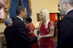 <p>Nella foto assieme al presidente Barack Obama Michaele Salahi (al centro) e il marito Tareq (a destra). REUTERS/Handout</p>