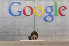 <p>Un'impiegata della sede di Zurigo di Google. REUTERS/Christian Hartmann</p>