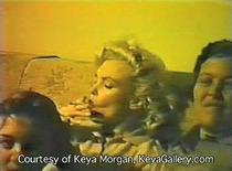 <p>Captura de imagen donde sale la actriz Marilyn Monroe (izquierda en la imagen) aparentemente fumando marihuana. Una película casera que muestra a una relajada Marilyn Monroe aparentemente fumando marihuana ha salido a la luz, recuperada de un ático casi 50 años después de que fue filmada. REUTERS/Handout/Keya Morgan</p>