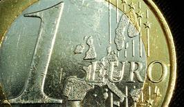 <p>Un panneau lumineux égrenant le montant des sommes dues par l'Etat au département de Seine-Maritime a été installé au pied des bâtiments du conseil général à Rouen. Mardi à 00h00, le montant inscrit s'élevait à 238.195.040.00 euros. /Photo d'archives/REUTERS/Peter Macdiarmid</p>