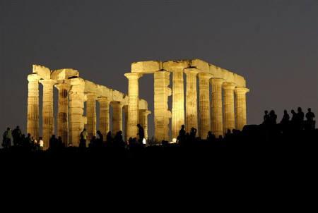 12月2日、ムーディーズ・インベスターズ・サービスは、ギリシャ政府が流動性問題に直面しているとの最近の懸念は正当化されないとの見方示す。写真は8月、スニオン岬にあるポセイドン神殿(2009年 ロイター/Yiorgos Karahalis)
