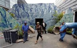 <p>Funcionários seguem trabalhando no local que vai abrigar o sorteio dos grupos da Copa do Mundo de 2010 na África do Sul REUTERS/Rogan Ward</p>