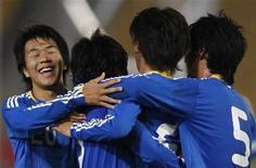 <p>Jogador da seleção japonesa Nagai (de frente) comemora com companheiros um gol em partida contra a Coreia do Norte pelas eliminatórias da Copa da Ásia 02/12/2009 REUTERS/Bobby Yip</p>