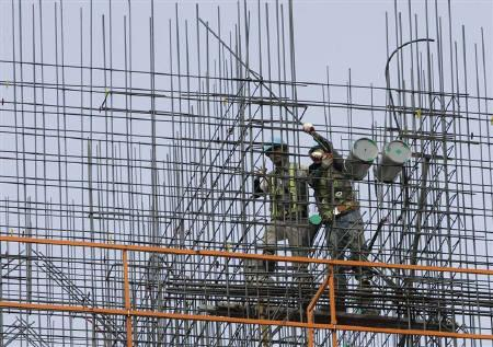Labourers work on scaffolds at a construction site in Seoul in this August 2009 file photo.  REUTERS/Jo Yong-Hak