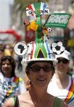 <p>Mulher usa um chapéu com o tema da Copa do Mundo da África do Sul durante celebração na Cidade do Cabo, 4 de dezembro de 2009. Estima-se que 350 milhões de pessoas assistam a cerimônia com o sorteio que definirá onde, quando e contra quem as 32 seleções participantes farão suas partidas da primeira fase, no Centro Internacional de Convenções da Cidade do Cabo. REUTERS/Siphiwe Sibeko</p>