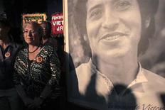 <p>A presidente chilena, Michelle Bachelet, ao lado de uma foto do compositor e cantor Víctor Jara, torturado e assassinado durante a ditadura de Augusto Pinochet. REUTERS/Victor Ruiz Caballero</p>