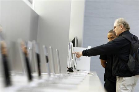 12月4日、米アップルが、音楽配信サービスのララを買収したことが明らかになった。写真はニューヨーク・マンハッタンのアップルストアで。11月撮影(2009年 ロイター/Lucas Jackson)