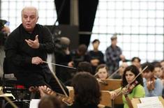 <p>Il maestro Daniel Barenboim durante una prova. REUTERS/Johannes Eisele</p>