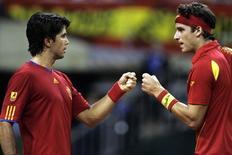<p>Os espanhóis Fernando Verdasco e Feliciano Lopez comemoram o ponto sobre a dupla tcheca na final da Copa Davis. REUTERS/Marti Fradera</p>