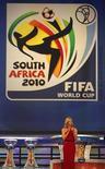 <p>Актриса Шарлиз Терон общается с публикой до начала жеребьевки чемпионата мира 2010 года в ЮАР, Кейптаун 4 декабря 2009 года. Лучшие футбольные команды планеты узнали своих будущих соперников по чемпионату мира 2010 года в ЮАР - в пятницу вечером в столице страны Кейптауне прошла жеребьевка турнира. REUTERS/Mike Hutchings</p>