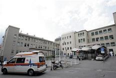 <p>Un'ambulanza davanti a un ospedale della Capitale. REUTERS/Alessandro Garofalo</p>