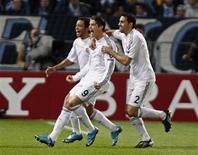 <p>Cristiano Ronaldo (C) comemora seu gol contra o Olympique de Marselha durante jogo da Liga dos Campeões, em Marselha, na França, nesta terça-feira. REUTERS/Jean-Paul Pelissier</p>