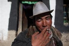 <p>Un fumatore a Lhasa. REUTERS/Nir Elias (CHINA SOCIETY)</p>