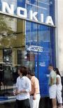 <p>Nokia va fermer ses deux magasins amiraux aux Etats-Unis, à New York et à Chicago, pour faire des économies sur un marché où le premier fabricant mondial de téléphones portables éprouve des difficultés à s'imposer. /Photo d'archives/REUTERS/Frank Polich</p>