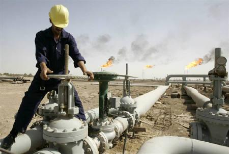 An Iraqi worker maintains an oil pipe at a gas refinery in Al-Dier District, Basra in this July 17, 2009 file photo. REUTERS/Atef Hassan/Files