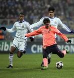 <p>Messi prepara chute em partida contra o Dynamo Kiev, em Kiev. Lionel Messi sofreu uma lesão no tornozelo que vai desfalcar o Barcelona no clássico de sábado do Campeonato Espanhol contra o Espanyol, e ainda é dúvida para o Mundial de Clubes da Fifa, disse a equipe campeã europeia nesta quinta-feira.09/12/2009.REUTERS/Konstantin Chernichkin</p>