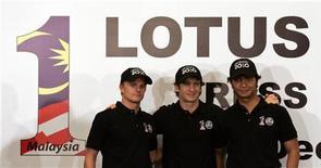 """<p>Пилоты гоночной команды """"Лотус"""" Хейкки Ковалайнен (слева), Ярно Трулли и Файруз Фаузи (справа) на пресс-конференции в Каула-Лумпуре 14 декабря 2009 года.Итальянец Ярно Трулли и финн Хейкки Ковалайнен в сезоне 2010 года станут пилотами команды """"Лотус"""" автогонок класса """"Формула-1"""", заявила малазийская команда в понедельник. REUTERS/Bazuki Muhammad</p>"""