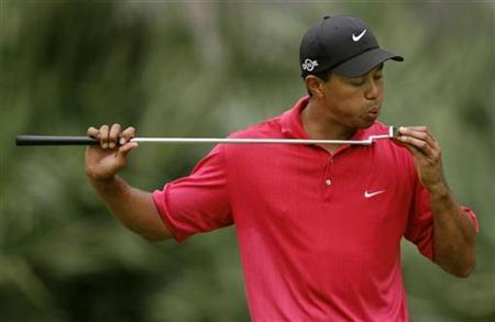 Tiger Woods blows on his putter during final round play of the Tournament Players Championship tournament at Sawgrass in Ponte Vedra, Florida, May 13, 2007. REUTERS/Hans Deryk