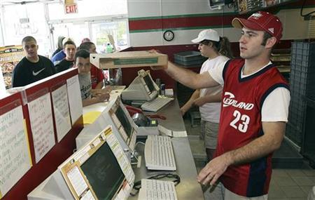 A Papa Johns worker hands out pizzas in Lakewood, Ohio, May 8, 2008. REUTERS/Aaron Josefczyk