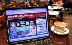 <p>Computer su un tavolo di un bar londinese connesso a una web tv. REUTERS/Toby Melville</p>