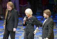 """<p>Foto de arquivo de três dos quatro membros originais do Abba participando de comemoração. O Hall da Fama do Rock and Roll deu um grande """"Obrigado pela música"""" ao ABBA na terça-feira, anunciando que o grupo pop sueco estaria entre os convocados de 2010.06/04/2004.REUTERS/Paul Hackett PH/MD/AA</p>"""