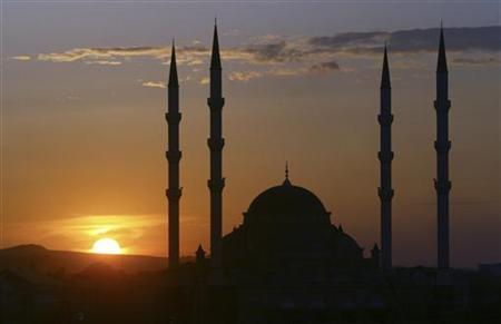 The sun sets behind the main mosque in Grozny, the capital of Russia's Caucasus region of Chechnya, May 17, 2008. REUTERS/Said Tsarnayev