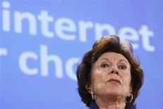<p>A comissária de concorrência europeia Neelie Kroes fala a jornalistas na sede da Comissão Europeia, em Bruxelas, 16 de dezembro de 2009. REUTERS/Thierry Roge</p>