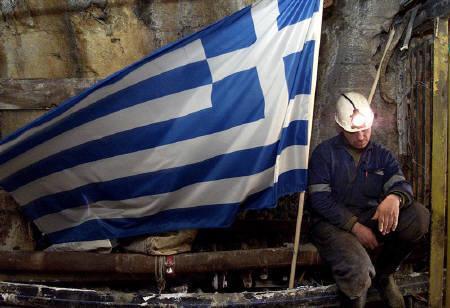 12月16日、ギリシャは約1週間で2度目となる信用格付けの引き下げに見舞われた。写真はギリシャの国旗。2003年6月撮影(2009年 ロイター/Grigoris Siamidis)