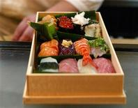 <p>Le Japonais qui partira lundi à bord d'un vaisseau russe à destination de la Station spatiale internationale (ISS) emportera du poisson cru pour faire des sushis en orbite terrestre. /Photo d'archives/REUTERS</p>