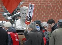 <p>Российские коммунисты возлагают цветы к могиле Иосифа Сталина у Кремлевской стены 21 декабря 2009 года. 21 декабря родился Иосиф Сталин (Джугашвили) советский политический деятель, возглавлявший СССР с 1924 по 1953 год. REUTERS/Sergei Karpukhin</p>