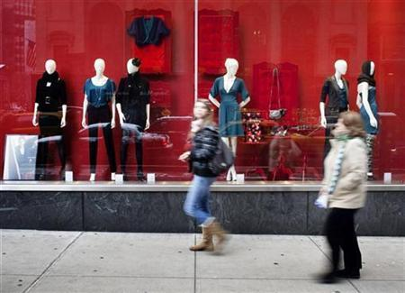 Shoppers walk past a window display at H+M in New York December 20, 2008. REUTERS/Jacob Silberberg