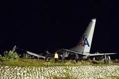 <p>Il Boeing 737 dell'American Airlines che ha oltrepassato in atterraggio la pista dell'aeroporto internazionale di Kingston, in Giamaica. REUTERS/Andrew P. Smith</p>