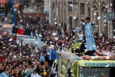 <p>Аргентинский теннисист Хуан Мартин дель Потро приветсвует своих болельщиков на крыше пожарной машины в родном городе Тандиль после победы на US Open 17 сентября 2009 года. Триумфатор Открытого чемпионата США по теннису Хуан Мартин дель Потро признан спортсменом года в родной Аргентине. REUTERS/Marcos Brindicci</p>