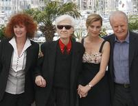 """<p>O diretor Alain Resnais(centro-esquerda) posa com integrantes do elenco Sabine Azema (esq.), Anne Consigny (centro-dir.) e Andre Dussolier durante sessão de fotos do filme """"Ervas Daninhas"""" no 62o. Festival de Cannes no dia 20 de maio. O filme entrará em cartaz em São Paulo. REUTERS/Regis Duvignau</p>"""