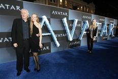 """<p>O diretor James Cameron e sua esposa Suzy Amis posam durante estreia de """"Avatar"""" no Grauman Chinese Theatre em Hollywood na Califórnia, no dia 16 de dezembro. Na segunda-feira, puxados por """"Avatar"""", as bilheterias dos EUA e Canadá venderam 29 milhões de dólares em ingressos, superando pela primeira vez, na noite de terça-feira, o marco de 10 bilhões de dólares acumulados no ano. REUTERS/Mario Anzuoni</p>"""