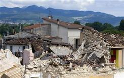 <p>Case distrutte dal terremoto che lo scorso 6 aprile ha colpito l'Abruzzo. REUTERS/Chris Helgren</p>