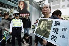 <p>Sostenitori del dissidente Liu Xiaobo. REUTERS/Tyrone Siu</p>