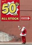 <p>A man dressed as Santa Claus waves to passing traffic as he tries to drum up business for a discount store in Sydney December 15, 2008. REUTERS/Tim Wimborne</p>