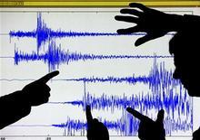 <p>Scienziati mostrano un sismogramma. REUTERS/David Moir</p>