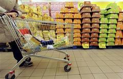 <p>Panettoni in un supermercato. REUTERS/Alessandro Bianchi</p>