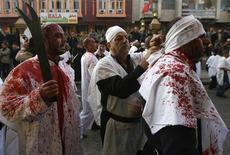 <p>Pellegrini sciiti prendono parte ad una processione per l'Ashura a Baghdad. REUTERS/Thaier al-Sudani</p>