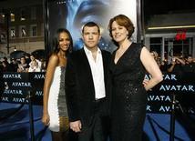 """<p>Zoe Saldana, Sam Worthington e Sigourney Weaver, elenco de Avatar, posando para foto na festa de lançamento do filme na Califórnia. """"Avatar"""" lidera bilheteria pelo segundo fim de semana nos EUA. REUTERS/Mario Anzuoni</p>"""