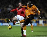 <p>Gardner do Hull City desafia Wayne Rooney do Manchester United na estréia de ambos no jogo do Campeonato Inglês em Hull, no dia 27 de dezembro. Rooney participou de todos os gols do jogo em que o Manchester United venceu o Hull City por 3 a 1. A diferença do Manchester United para o líder do Campeonato Inglês, o Chelsea, caiu para dois pontos. REUTERS/Nigel Roddis</p>