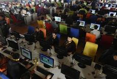 <p>Personas usan computadores en un cibercafé en Changzhi, China, 3 nov 2009. China es un mercado vital para el negocio de búsquedas en Internet de Microsoft, ya que está por detrás de los líderes Baidu y Google en el mayor mercado mundial de Internet, dijo el principal fabricante mundial de software. Desde que lanzó en junio su portal Bing, Microsoft ha ido ganando cuota de mercado en Estados Unidos y logró un 10,3 por ciento en noviembre frente al 17,5 por ciento de Yahoo y el 65,6 por ciento del dominante Google, según comScore. REUTERS/Stringer</p>